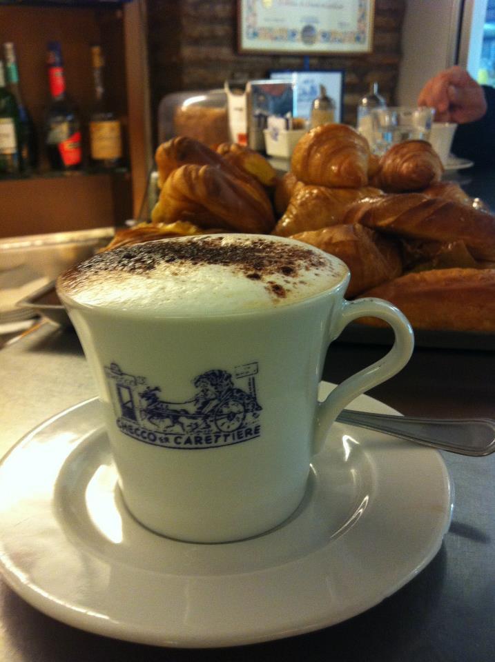 Cappuccino e cornetto artigianale